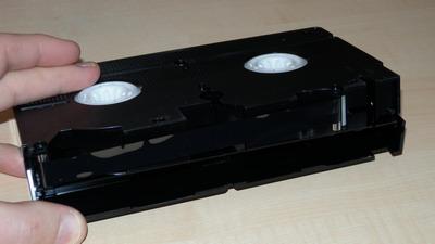 VHS-Kassette mit geöffneter Abdeckung