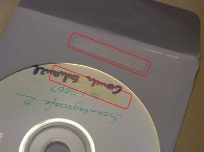 Durch Klebestreifen verfärbte CD-Oberfläche