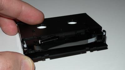DAT-Kassette mit geöffneter Abdeckung