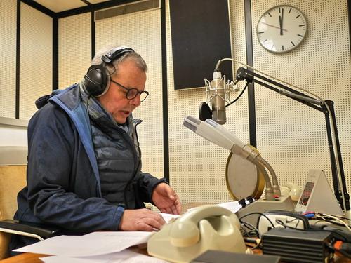 Martin Schlabs im Nachrichtenstudio (Foto: Matthias Woehl)