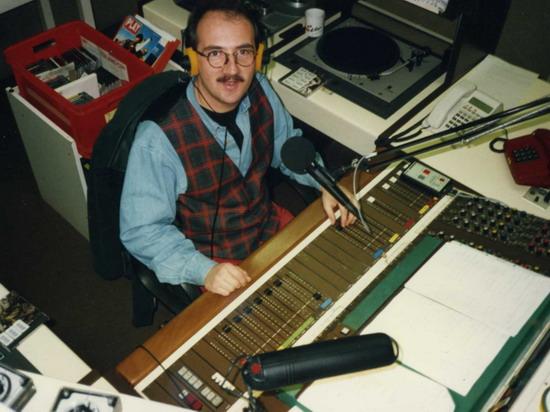 Thomas Gleßner im Studio von Radio Regenbogen